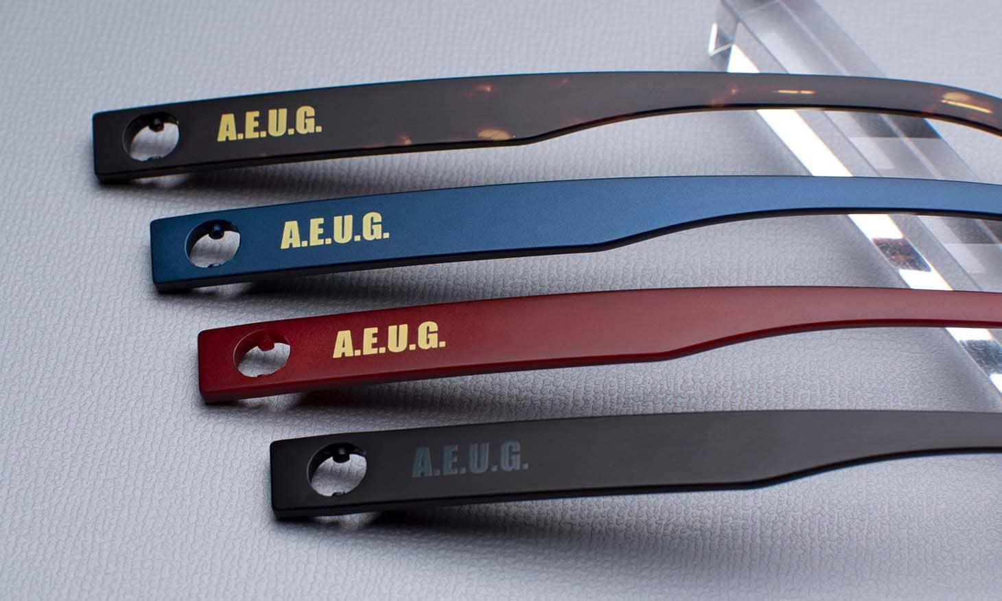 テンプル側面にはA.E.U.G.(エゥーゴ)の文字を印字